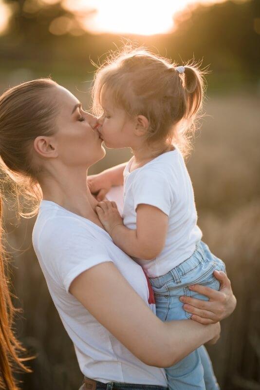 Sesja mamy z córką o tematyce rodzinnej
