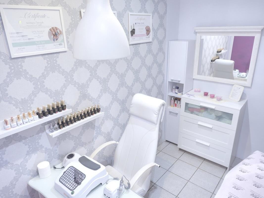 Zdjęcia stanowiska do stylizacji paznokci salonu Catnails
