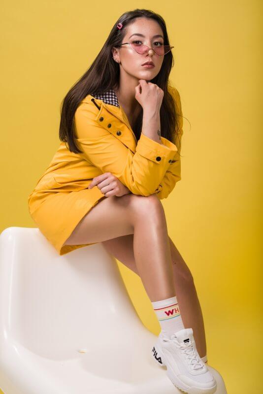 Agata Socha w żółtej stylizacji z okularami od firmy PaczePacze.pl