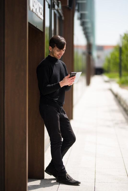 Klient spoglądający w telefon komórkowy