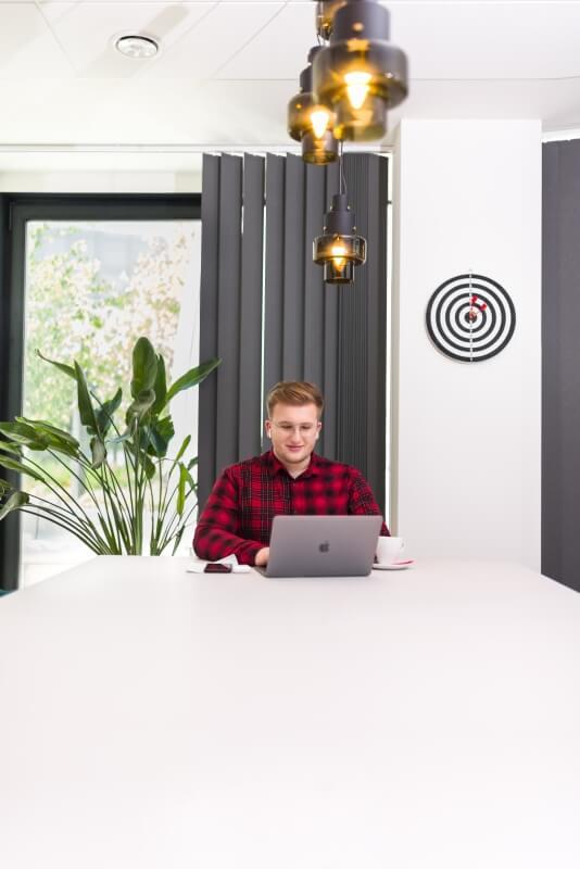 Pracownik siedzący przy komputerze