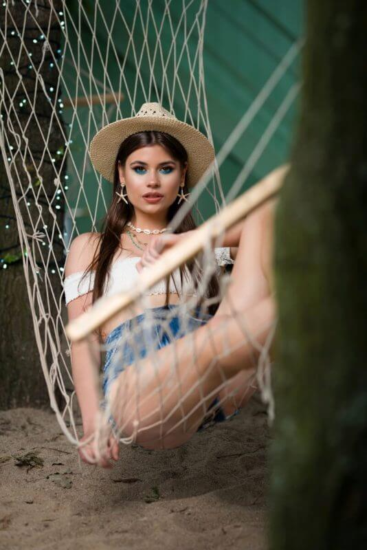 Dziewczyna na hamaku wystylizowana do sesji reklamowej