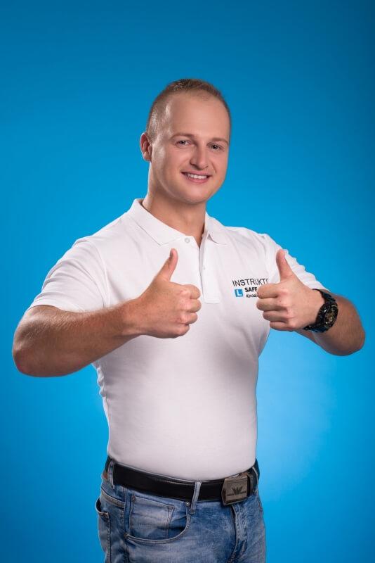 Fotografia biznesowa mężczyzny z wyciągniętymi kciukami