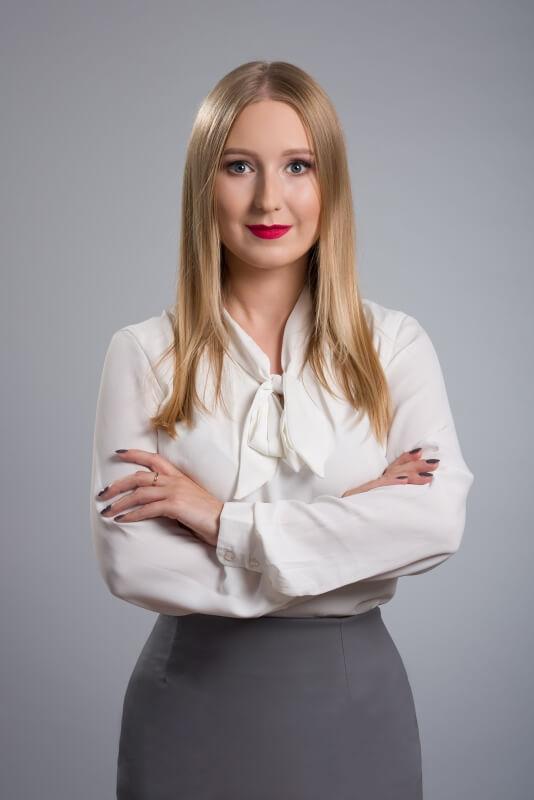 Dziewczyna z założonymi rękami podczas fotografii biznesowej
