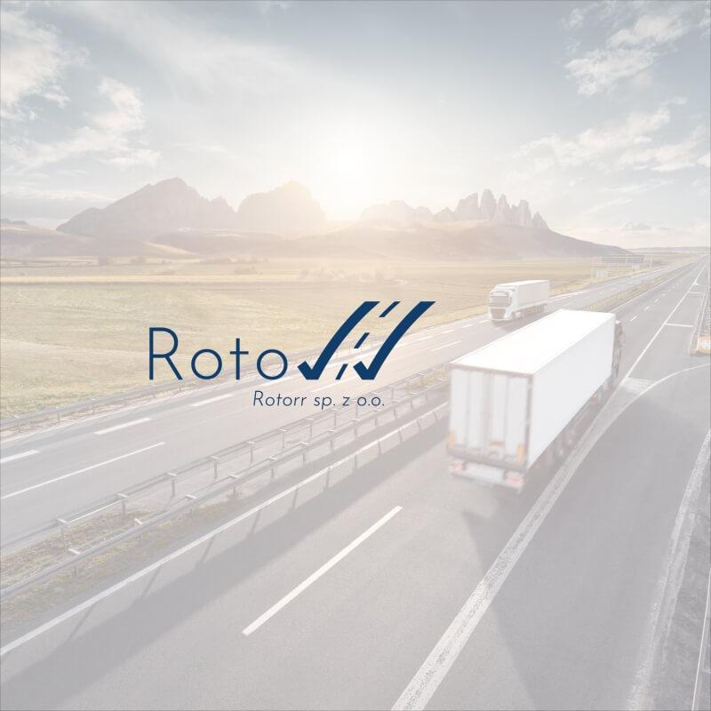 Wizualizacja logo rotorr na tle jadących ciężarówek autostradą